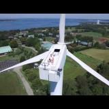 Un drone filma un uomo a 60 metri di altezza