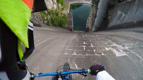 60 metri in discesa con la bici in una diga