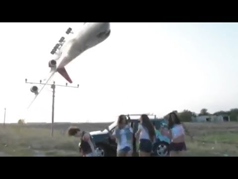 Aereo in fase di atterraggio sopra le persone