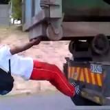 Aggrappato dietro al camion mentre va a 100 km/h