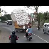 Camion stracarico affronta una curva e…