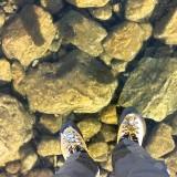 Camminare sopra il ghiaccio trasparente in Slovacchia