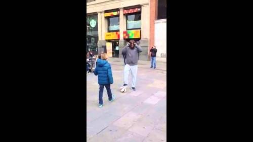 Cristiano Ronaldo stupisce un bambino per le strade di Madrid