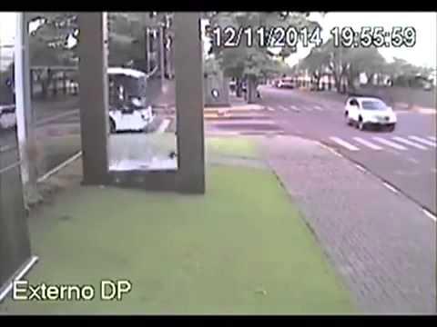 Distrugge un vetro per non perdere il bus
