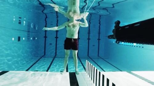 ESPERIMENTO – Si fa sparare sott'acqua