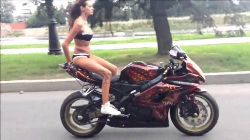 Guida acrobatica sopra una moto sportiva
