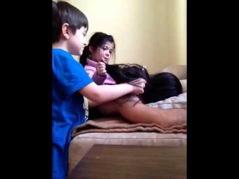 Il padre ancora dorme ed i bambini tagliano i capelli