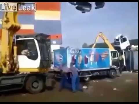 Impazzisce e glli distrugge il camioncino
