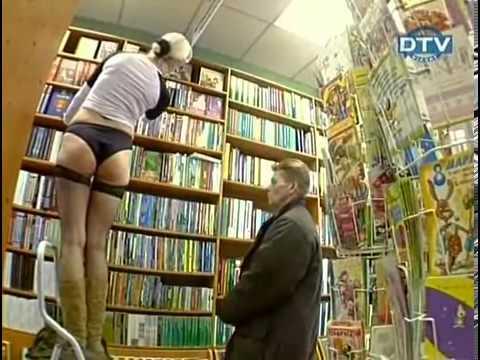 In biblioteca prendere un libro in alto è difficile