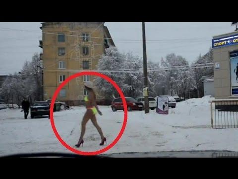 In russia si attraversa la strada piena di neve così