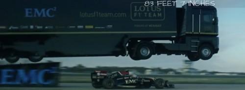 La Lotus F1 passa sotto al camion mentre salta