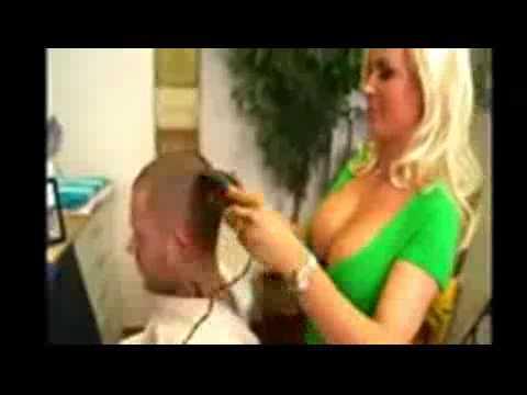 La parrucchiera maggiorata si struscia sulla…
