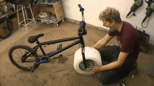 La ruota tutta di ghiaccio della bicicletta