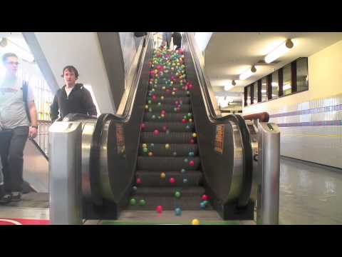 Le palline salgono le scale mobili? IPNOTIZZANTE