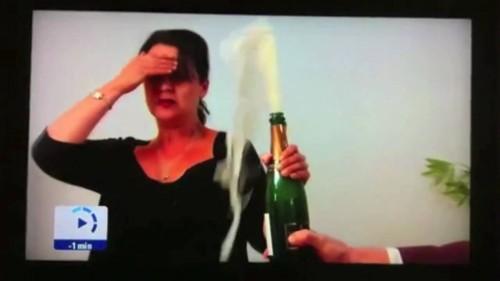 Modi sbagliati per aprire una bottiglia