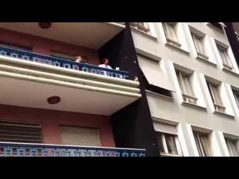 Moglie e marito litigano e l'amante scappa dalla finestra