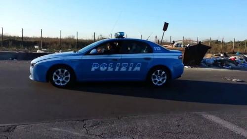 Nomadi che scorazzano con una volante della polizia