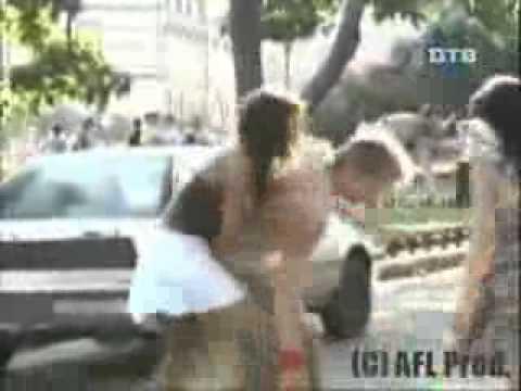 Pattinatrice in difficoltà si aggrappa al passante