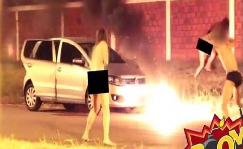 Piazza i fuochi d'artificio mentre in macchina fanno…