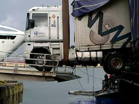 Questo camion ha rischiato di cadere in mare