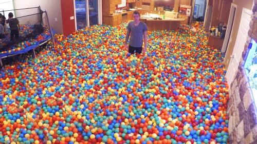 Riempiono la casa di palline colorate per una sorpresa