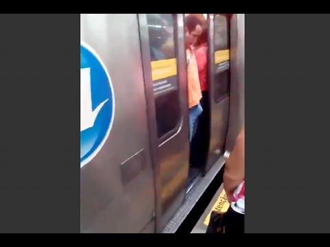 Rimane incastrato nelle porte della metro