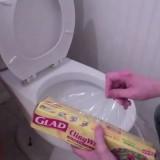 Scherzo in Toilette con la pellicola trasparente