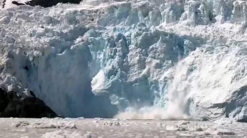 Staccamento spettacolare di un ghiacciaio